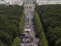 Ľudia sa účastnia pri Brandenburskej bráne na demonštrácii proti reštrikciám zavedeným nemeckou vládou za účelom zastaviť šírenie koronavírusovej pandémie