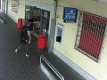 Osoba na snímke vykonávala neoprávnené výbery z bankomatu na ulici Dukelských hrdinov.