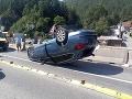 AKTUÁLNE Dopravná nehoda pod Strečnom: FOTO Auto na streche, cesta je uzavretá