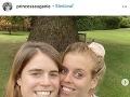 Princezná Eugenia zverejnila fotku, na ktorej sú so sestrou Beatrice bez štipky mejkapu.