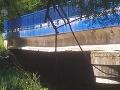Časť uzavretého mosta medzi Kysakom a Veľkou Lodinou sa zrútila