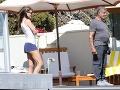 Sylvester Stallone predviedol paparazzom pribraté brucho. Jeho manželka je sexi kočka.