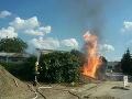 FOTO Hasiči zasahujú pri úniku plynu a požiari v Dubnici: Zranila sa jedna osoba