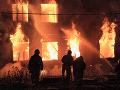 Veľký požiar v Grécku: Plamene zachvátili továreň na recyklovanie plastov