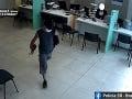 FOTO Muž v Bratislave prepadol banku, polícia žiada verejnosť o pomoc
