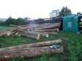 FOTO V Brezolupoch sa prevrátil kamión s drevom: Z auta unikala nafta