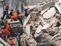 V Indii sa zrútila päťposchodová budova: Pod troskami uviazli desiatky ľudí