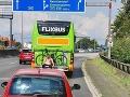 Polícia sa nestačila diviť! Muž sa viezol stovky kilometrov v autobuse na nosiči bicyklov