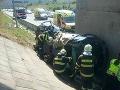 FOTO Hororová nehoda na R1: Auto skončilo pod nadjazdom, jedna osoba na mieste zomrela