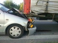Hasiči neustále v pohotovosti: Zasahovali pri nehode osobného auta s kamiónom pri obci Dojč