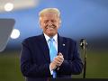 Trump vyťahuje na Bidena všetky zbrane: Srandičky na mítingu, rúško nenosí správne