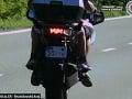 Motorkár bez ochranného odevu šiel vyše 120 km/h: Viezol so sebou aj malé dieťa