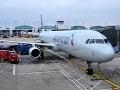 Rozzúrená cestujúca nechutne urazila letušku: Trest ju neminul