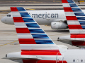 Letecká spoločnosť dovolila letuškám nosiť odznak Black Lives Matter: Zamestnanci sa búria