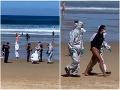 Ženu s potvrdeným koronavírusom zatkla polícia v ochranných oblekoch: VIDEO Veselo si surfovala v mori