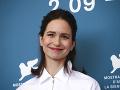 Britská herečka ukázala prsník: Na červenom koberci slušňáčka, mimo neho... Ejha!