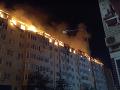 Z horiaceho domu evakuovali približne 300 ľudí.