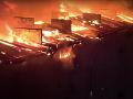 VIDEO ako z katastrofického filmu: Bytovku zachvátil požiar, z horiaceho pekla evakuovali 300 ľudí