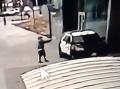 Ďalšie šokujúce VIDEO z USA: Neznáma osoba chladnokrvne strieľala na policajtov v aute