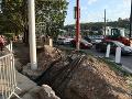 Opravu električkovej trate sprevádza vlna kritiky: Nebezpečné chodníky a nedodržiavanie BOZP, mesto reaguje