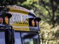 Nepochopiteľný skrat vodičky: Autobus plný detí na železničnom priecestí, nehodu neprežila jedna osoba