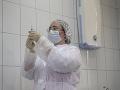 Očkovanie proti KORONAVÍRUSU podstúpili v Číne domácou vakcínou už tisícky ľudí