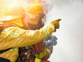 Na Olivovej ulici v Bratislave horelo auto: Pri požiari zasahovalo deväť hasičov
