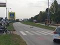 Tvrdá kolízia motocyklistu a chodca na priechode v Bratislave: Obaja majú ťažké zranenia