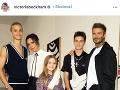 David Beckham si módnu šou užíval obutý v bielych ponožkách a ćiernych sandáloch.