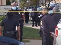 VIDEO Streľba z idúceho auta pri pohrebnom ústave v USA: Sedem ľudí je zranených