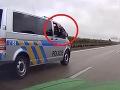 Šokujúce VIDEO z diaľnice: Vodič začal predbiehať kolónu s majákmi a... Policajt vytiahol samopal!