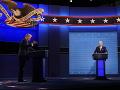Organizátori zrušili druhú prezidentskú debatu v USA: Infikovaný Trump chystá vystúpenie na zhromaždení