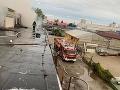 FOTO Hasiči v plnom nasadení: V Trnave horí budova s predajňou nábytku