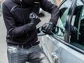 Zlodeji ukradli sadu rýchlotestov, oblečenie a okradli ženu