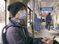 KORONAVÍRUS Francúzski experti odporúčajú nerozprávať v prostriedkoch verejnej dopravy