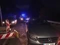 Cestný pirát na luxusnom mercedese po havárii skočil do rieky: FOTO Policajtom uplával!