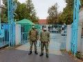 KORONAVÍRUS FOTO Nemocnici v Zlatých Moravciach pomáhajú vojaci: Mesto zabezpečilo stan