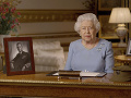 Kráľovná Alžbeta II. absolvovala prvý výjazd od marca: Navštívila výskumný komplex