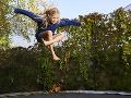 Pár prinútil dievča za trest skákať na trampolíne: Zomrelo