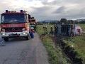 FOTO Hasiči majú plné ruky práce: Pri Chynoranoch sa prevrátil kamión s cisternou
