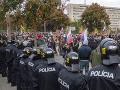 Protestujúci pred Úradom vlády SR počas neohlásenej protivládnej demonštrácie
