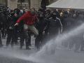 Polícia použila proti demonštrantom v Prahe delobuchy aj vodné delá