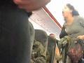 VIDEO Spor o rúško v lietadle eskaloval: Nazúrená žena kašľala na ostatných pasažierov