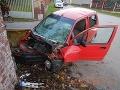 Zvolenčan sadol do nového auta a vrazil do múru: FOTO Viezol chlapcov, jeden utrpel ťažké zranenia