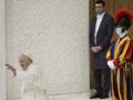 Pápež František, v pozadí
