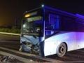 Zrážka auta a autobusu pri Ilave si vyžiadala štyroch zranených