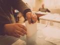 Druhé kolo parlamentných volieb v Litve, očakáva sa zmena vlády