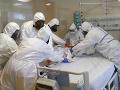 Na snímke zdravotníci pripravujú