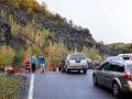 Kolóna áut smerom odberné miesto formou drive-in v kameňolome pri Pezinskej Babe