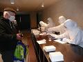 Na snímke ľudia čakajú na testovanie pred ZŠ Limbová na Solinkách v Žiline